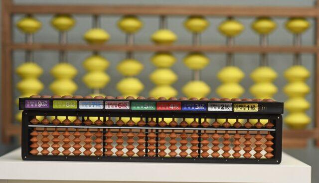 Abacul japonez denumit soroban pe care îl folosim ca să predăm metoda originală japoneză de calcul mental.