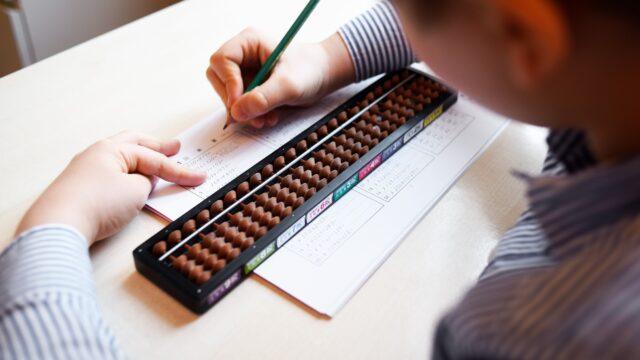 Cum dezvoltăm creativitatea copiilor cu sorobanul și aritmetica mentală